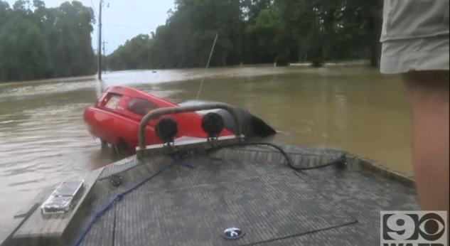 Dramatis !! Penyelamatan Seorang Pengemudi Sebelum Mobil Tenggelam, penyelamatan seorang pengemudi mobil yang tenggelam ke sungai berlangsung dramatis