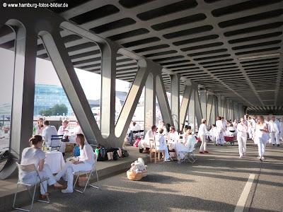 White-Dinner-2013, unter der Bahnbrücke