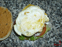 Añadiendo el huevo frito