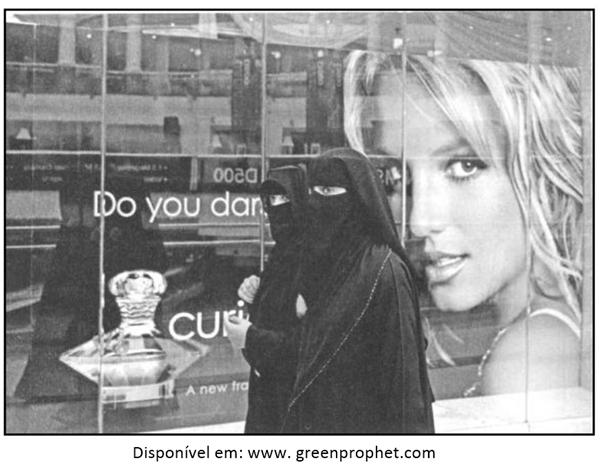 A imagem a seguir retrata mulheres muçulmanas usando burcas negras tradicionais em um shopping center em Dubai.