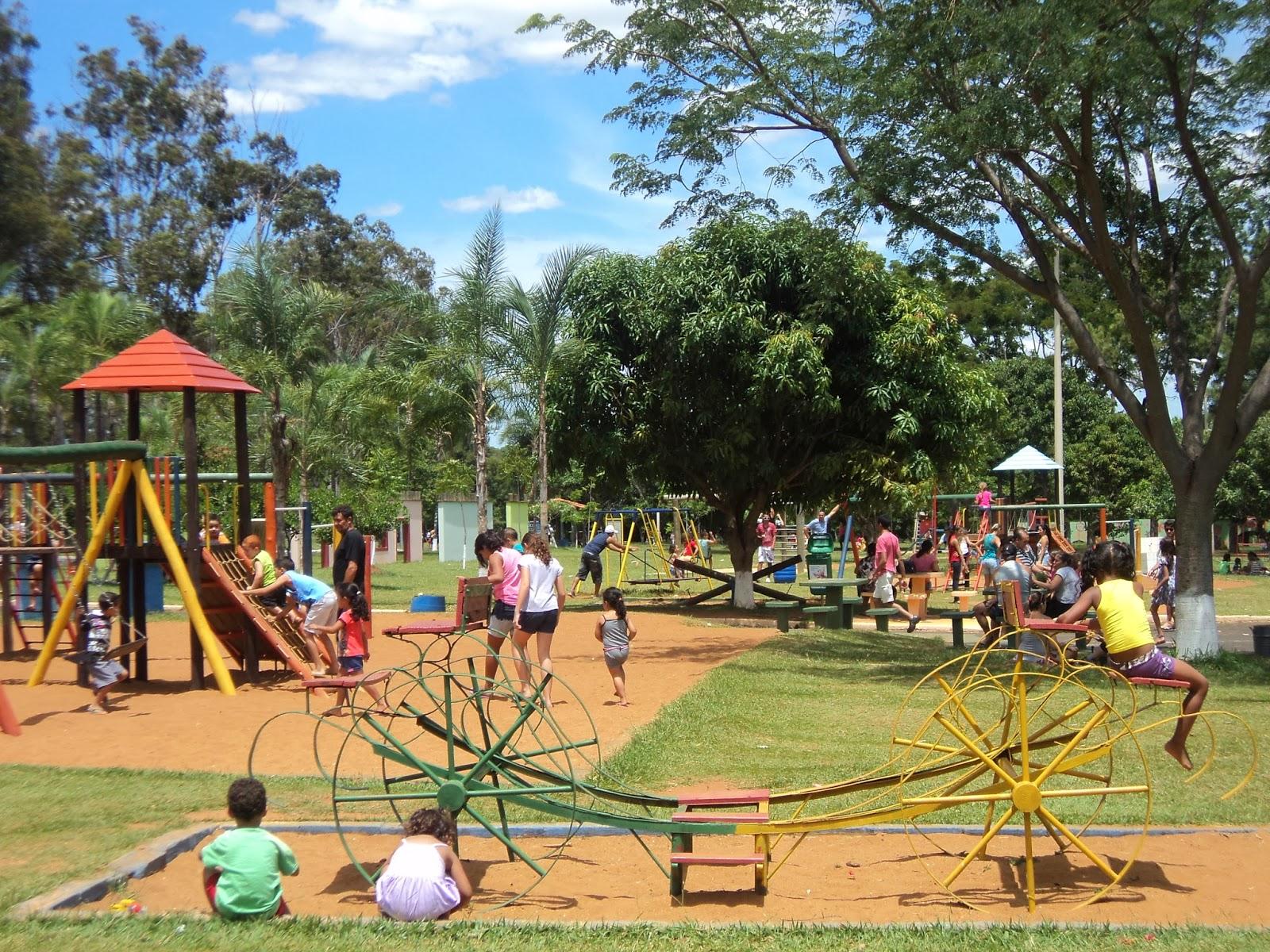 Crianças Se Divertindo No Parque: Ecológico, Sustentável E Feliz