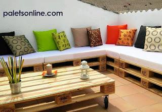 terraza con europalets y colchonetas en blanco Paletsonline.com