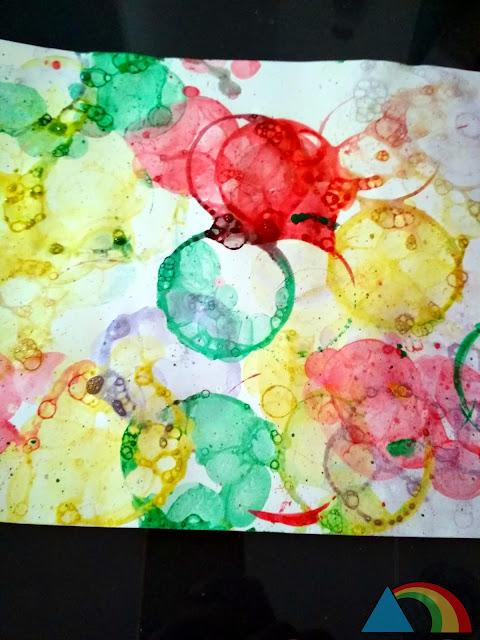 Resultado de poner una cartulina sobre burbujas coloreadas