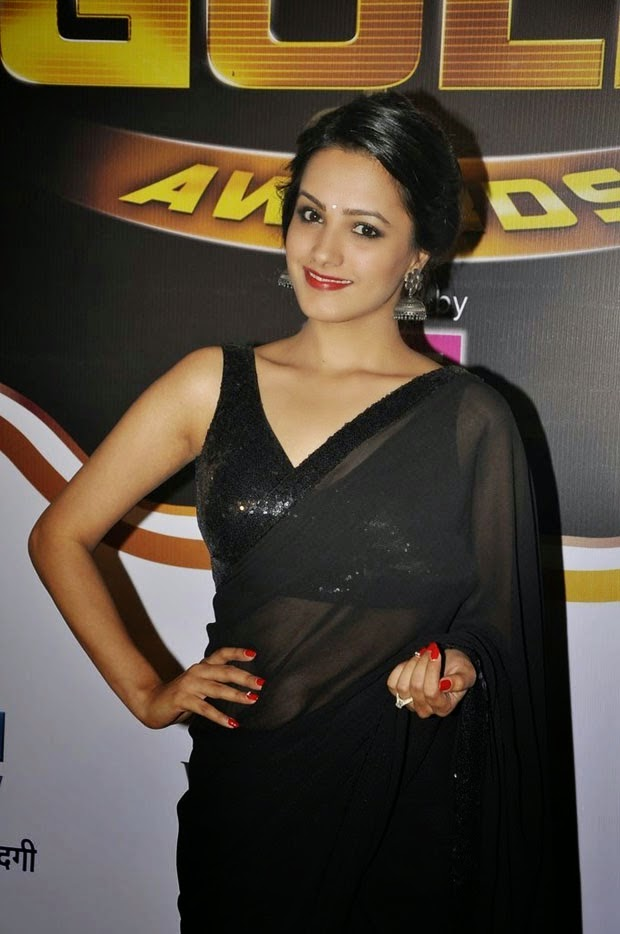 Anita Hassanandani Reddy Hip Navel Photos In Black Saree