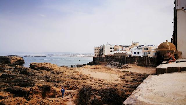 Widok na skały z muru wokoło Essaouira, Maroko
