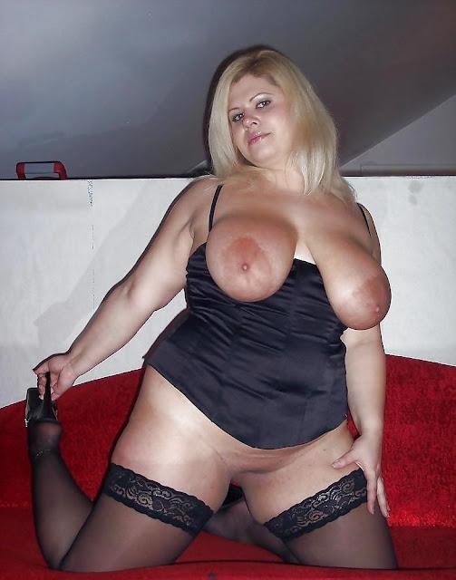 Bild vom schweren Busen einer blonden Mama