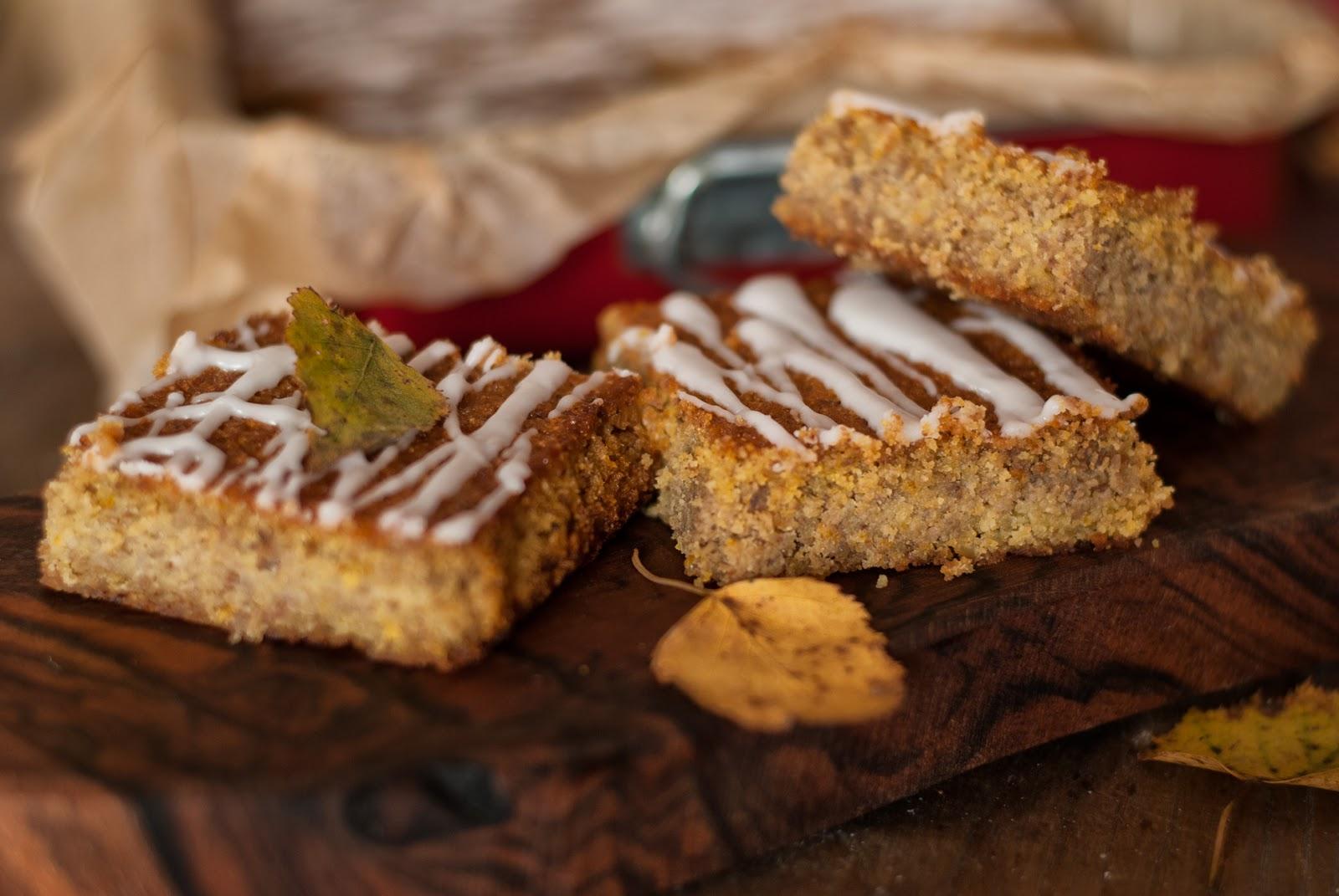 Bezglutenowe ciasto cytrynowe z lukrem i orzechami