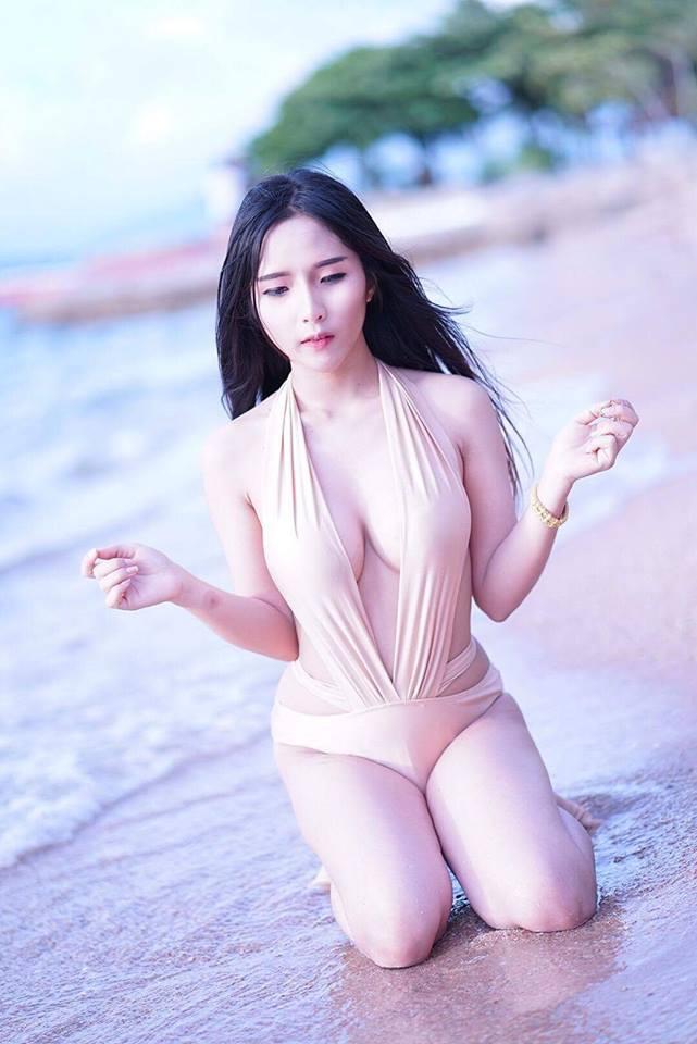 Gái xinh tắm biển khoe vếu