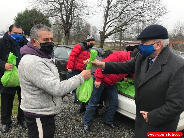 alcalde Bertin entregando semillas