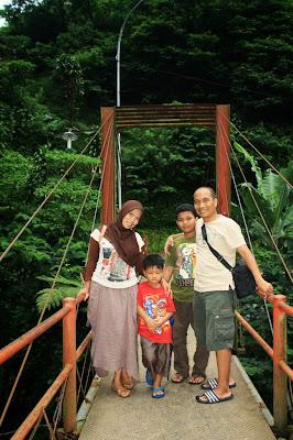 Jembatan gantung menuju pancuran 13