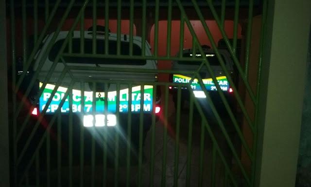 Viaturas da Policia Militar são flagradas de madrugada em garagem particular em Porto Velho