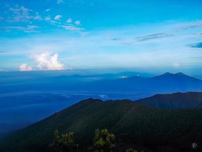 foto pemandangan dari puncak gunung gede