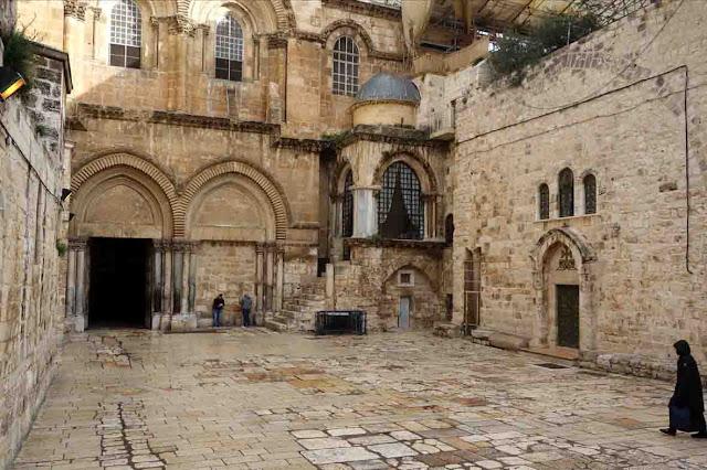 Le parvis de la Basilique du Saint Sépulcre à Jérusalem