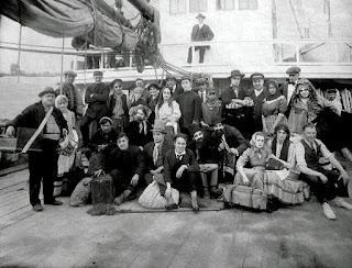 """Чарли Чаплин без грима на съемках """"Иммигранта"""" (1917)"""