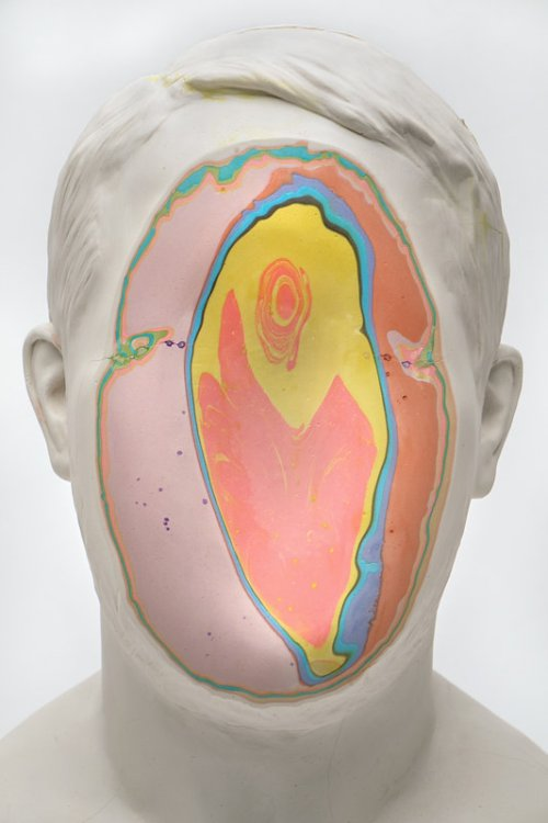 Christina A. West Unmet arte esculturas surreais rostos cortados coloridos