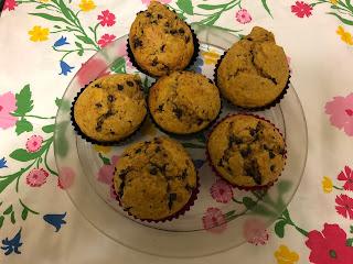Muffins à la patate douce et aux pépites de chocolat sur un plat dans leurs caissettes en silicone