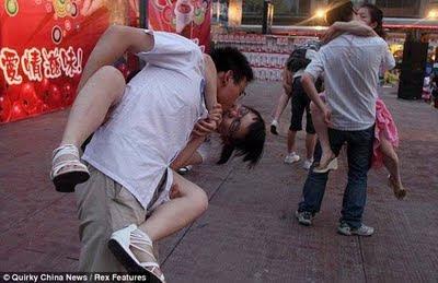unusual kisses02 Lomba Ciuman Paling Aneh Di Dunia