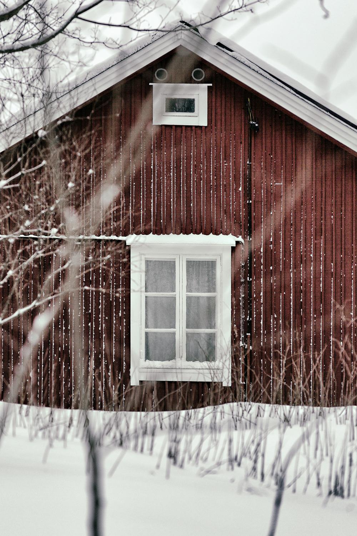 Espoo, Suomi, Finland, experience finland, discover finland, talvi, winter, january, tammikuu, valokuvaaja, Frida Steiner, Visualaddict, visualaddictfrida, old building, vanha, puutalo, arkkitehtuuri, architecture, window, punamulta