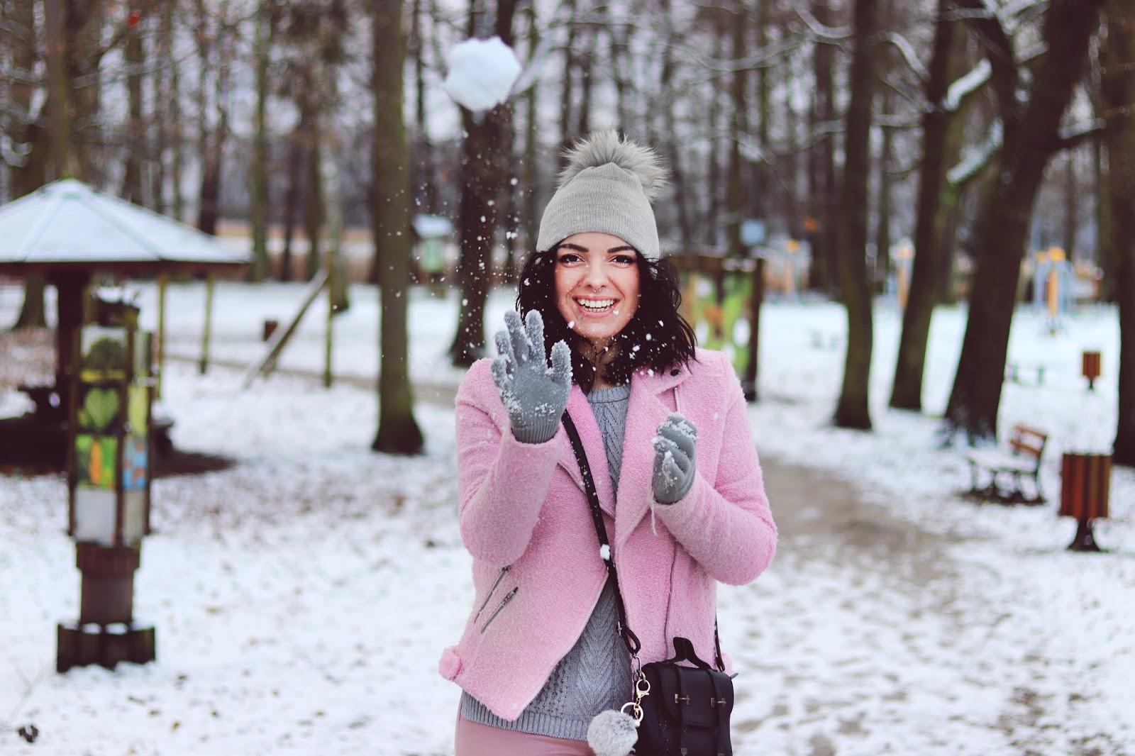 różowa kurtka ramoneska, szara czapka z pomponem, różowy płaszcz, sweter stradivarius
