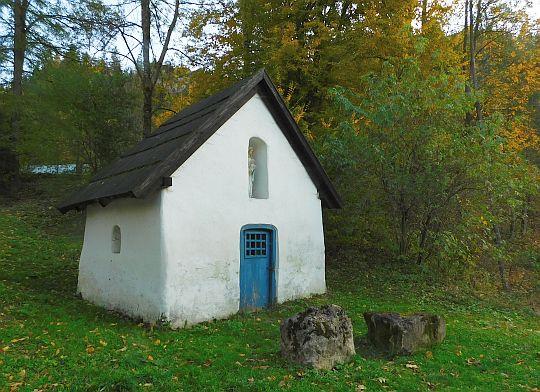 Kapliczka w pobliżu wejścia do Wąwozu Homole.