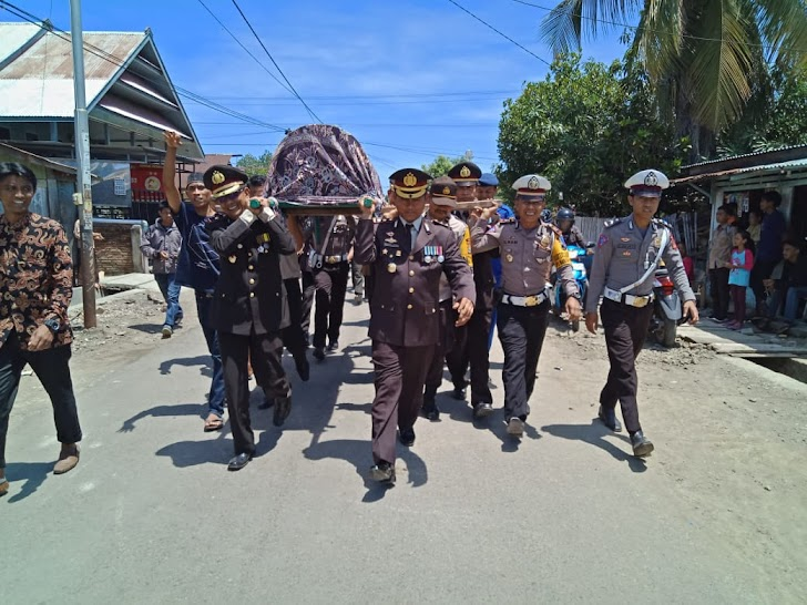 Kapolres Sinjai Usung Jenazah Anggota Menuju ke Pemakaman