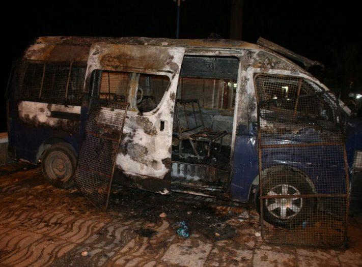 بعد أن فقدوا مصداقيتهم..الملثمون يحرقوا ليلا سيارات اقتنيت بأموال الشعب