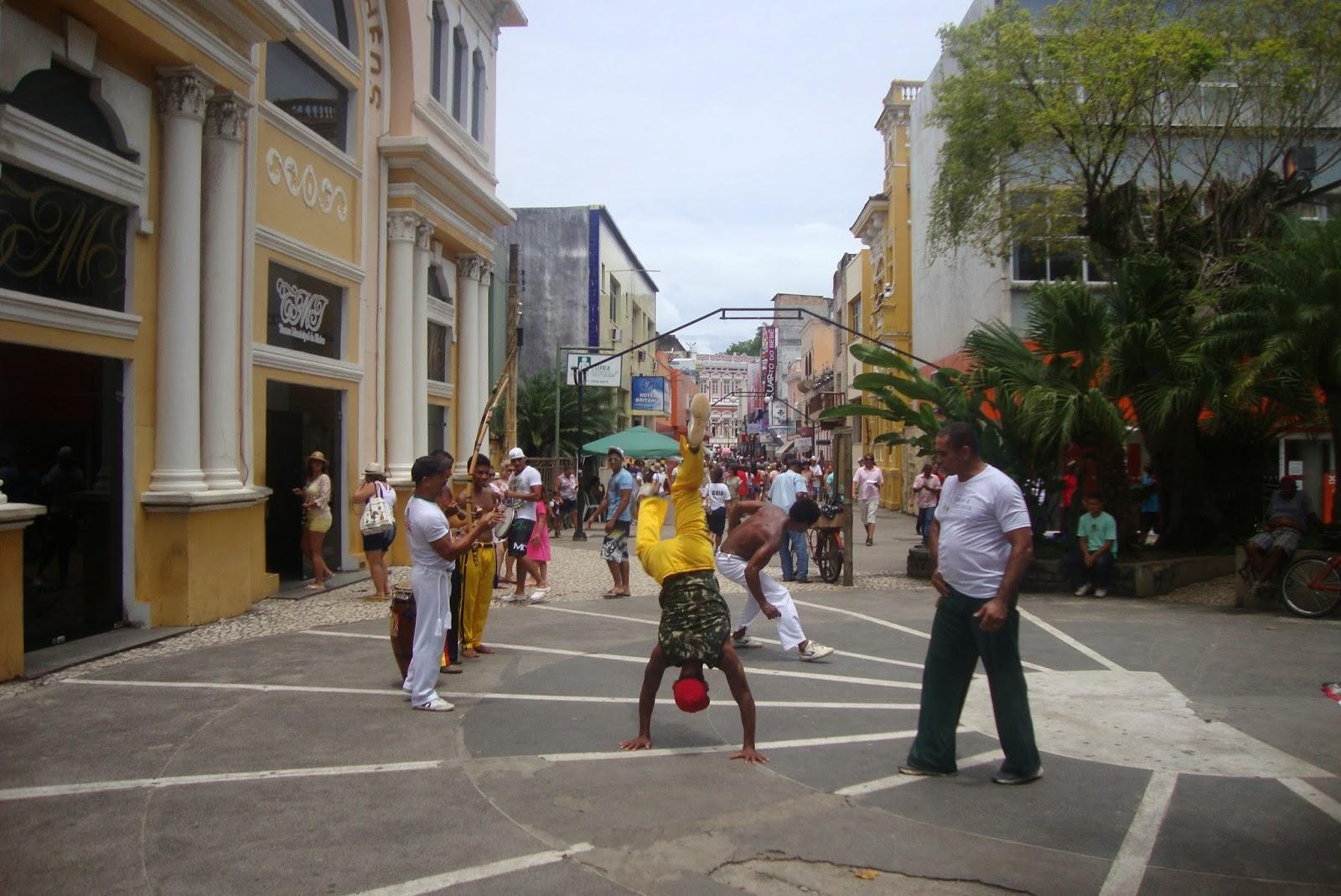 Capoeira em frente ao teatro de Ilhéus, na Bahia