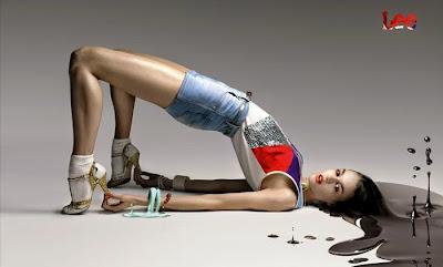 Mujer modelando con shorts de Lee