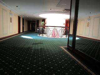 Bild eines Hotelflures Richtung Treppenhaus