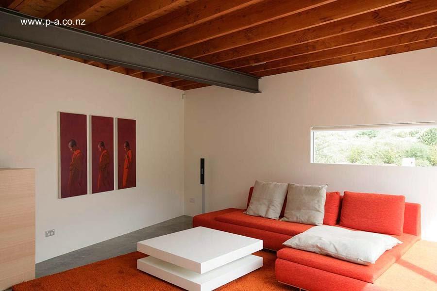 Una sala de estar en la casa con mobiliario contemporáneo