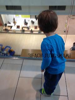 Kind im Shoppingcenter