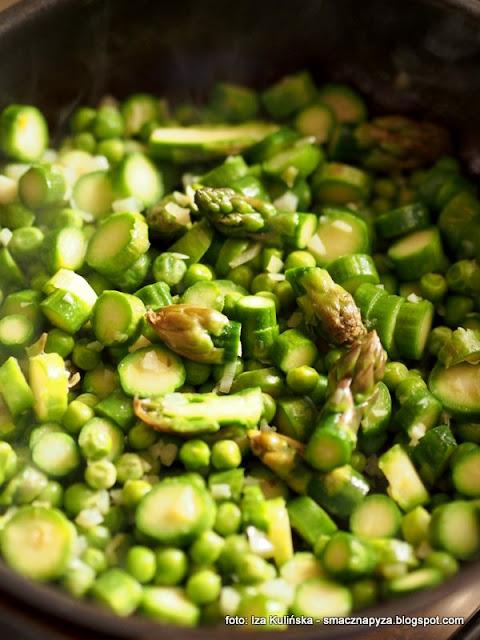 salatka ryzowa ze szparagami i groszkiem, salatka z dzikiego ryzu, zielone warzywa, szparagi, groszek zielony, groszek mrozony, poltino, mrozonki, dziki ryz, lunch, przekaska, grill, dodatek do grilla, samo zdrowie,