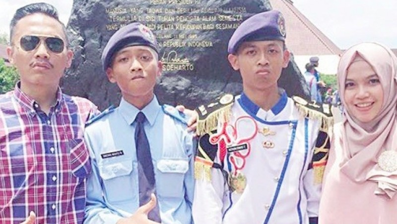 Almarhum Krisna Wahyu Nurachmad (dua dari kiri)