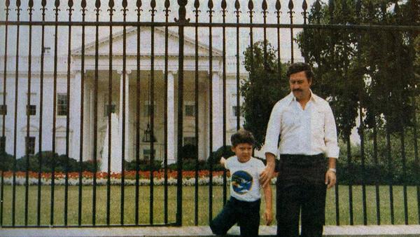 Pablo Escobar parado afuera de la Casa Blanca, con su hijo, foto tomada en el año 1980. Fotos insólitas que se han tomado. Fotos curiosas.