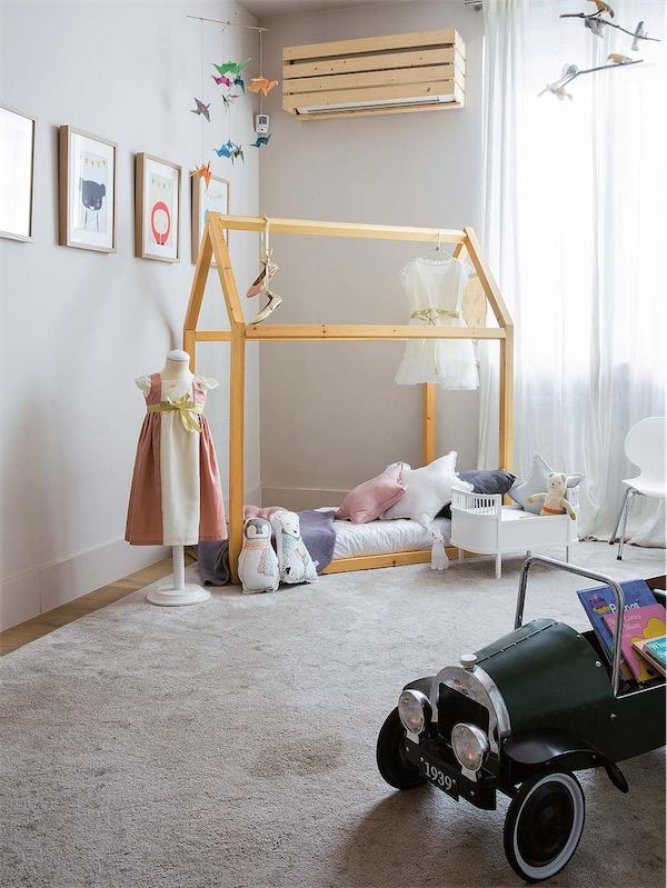 casita de madera en habitacion infantil chicanddeco