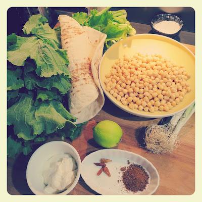 ingredienti rotolo di falafel con cime di rapa piccanti e salsa allo yogurt
