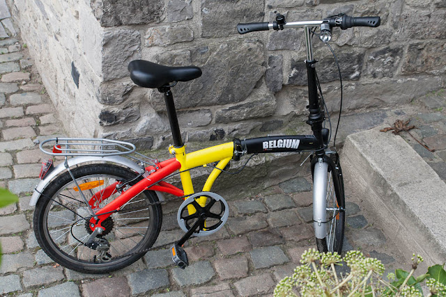 Bicicleta plegable con los colores de la bandera de Bélgica