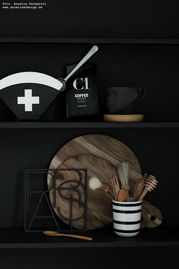 filterhållare, filterpåsar, annelie palmqvist, annelies design, webbutik, webbutiker, webshop, nätbutik, nätbutiker, nettbutikk, mugg ansikte, nicolas vahe, kaffe, kaffeförpackning, svart och vit, svartvitt, svarta och vita, ansikte mugg, muggar, kaffe, kaffemugg, kaffekopp, kopp, sked med clips, hylla, city trivet, city trivets, underlägg, grytunderlägg, skärbräda, house doctor, svart, svarta,