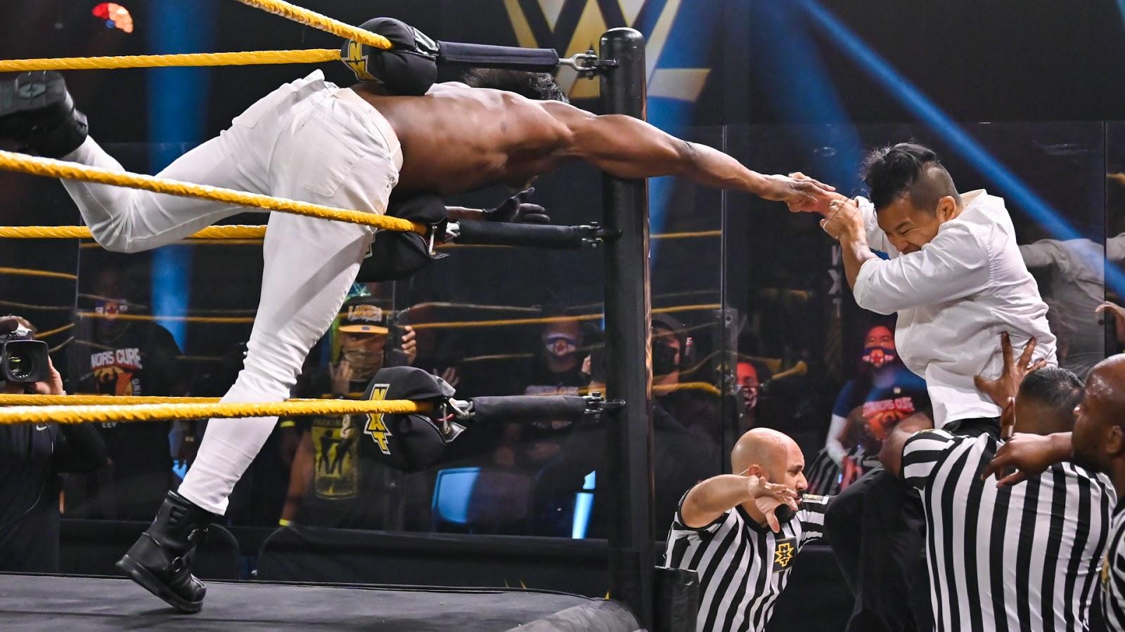 Vídeo: KUSHIDA ataca Velveteen Dream durante o NXT