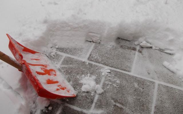 Sneeuwruimen met sneeuwschep