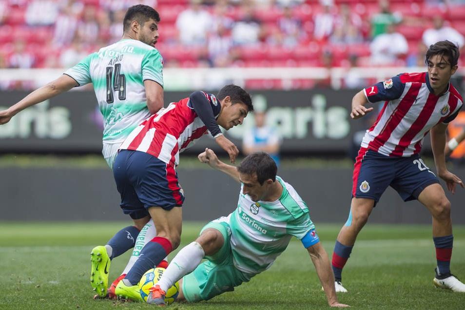 Zaldívar y Pizarro durante el juego de fase regular ante Santos.