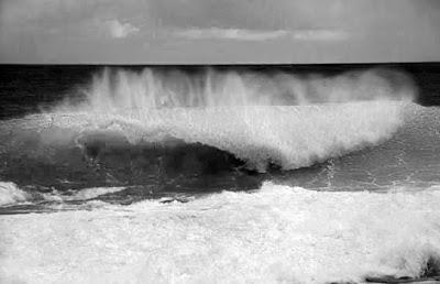 Resultado de imagen de olas en blanco y negro