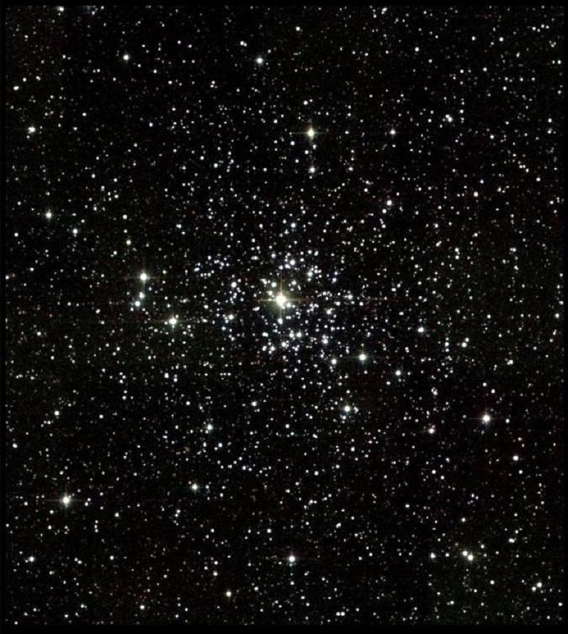 Dentro de la constelación Auriga encontramos cúmulos abiertos como Messier 38 que podemos ver en esta imagen