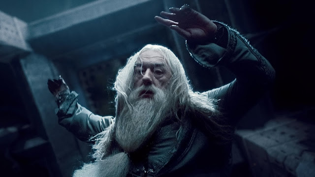 Мъртвият Дъмбълдор пада о върха на астрономическата кула в Хари Потър и нечистокръвния принц