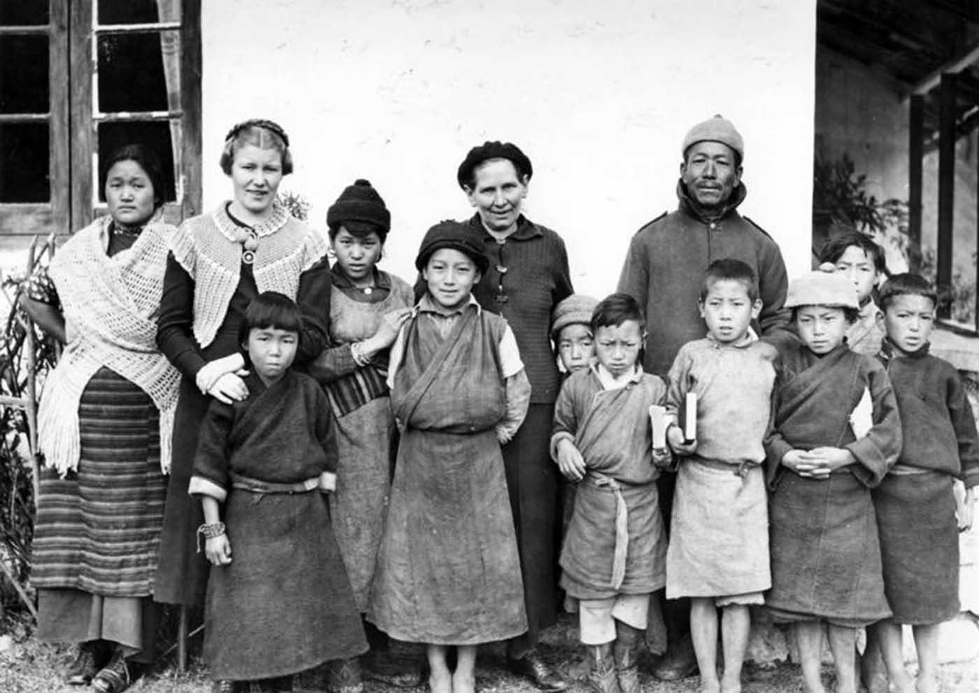 Escuela de la misión en Lachen, una misionera finlandesa con su asistente y un pastor nativo.