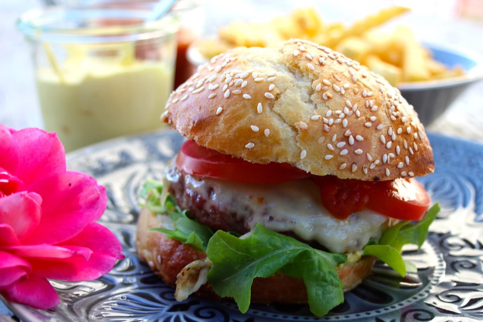 paulas frauchen perfekter cheeseburger mit selbstgemachter mayo ketchup. Black Bedroom Furniture Sets. Home Design Ideas