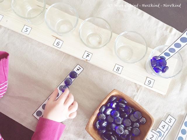 Inspiriert durch den Spindelkasten nach Montessori, habe ich ein ähnliches Material erstellt, um den Zahlenraum 0 - 0 begreifbar zu machen. Zusätzlich habe ich kostenlose Kontrollkarten entworfen. Zahlen - Mengen - Zählen