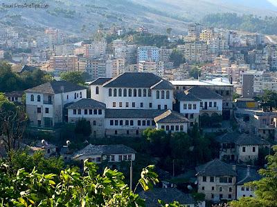 Les maisons typiques au toit gris de Gjirokaster en Albanie