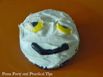 How to make a mummy cupcake