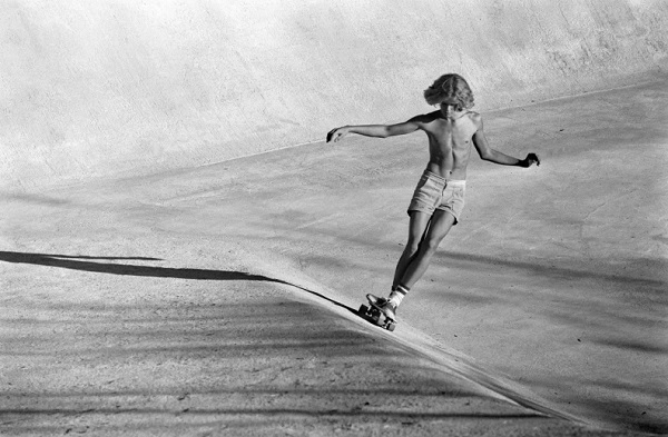 """The concrete swell"" - Viper Bowl - Hollywood, CA, 1976 - foto por Hugh Holland 